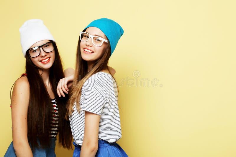 Levensstijl en mensenconcept: Twee meisjesvrienden die zich verenigen royalty-vrije stock afbeeldingen