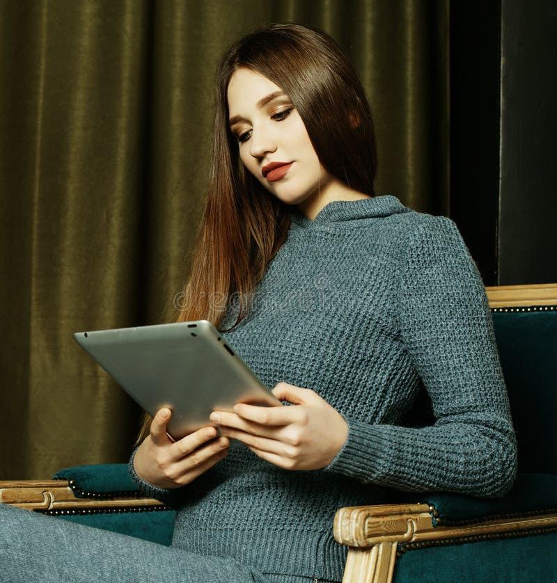Levensstijl, mensen en tehnologyconcept: mooie vrouw die thuis met een tablet werken royalty-vrije stock foto