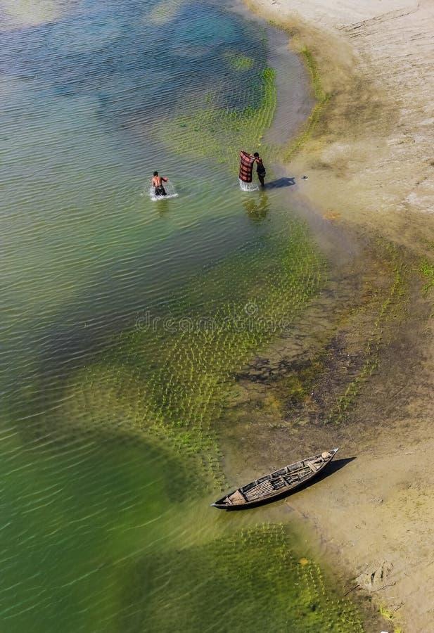 Levensstijl van rivieroevermensen in Bangladesh stock foto