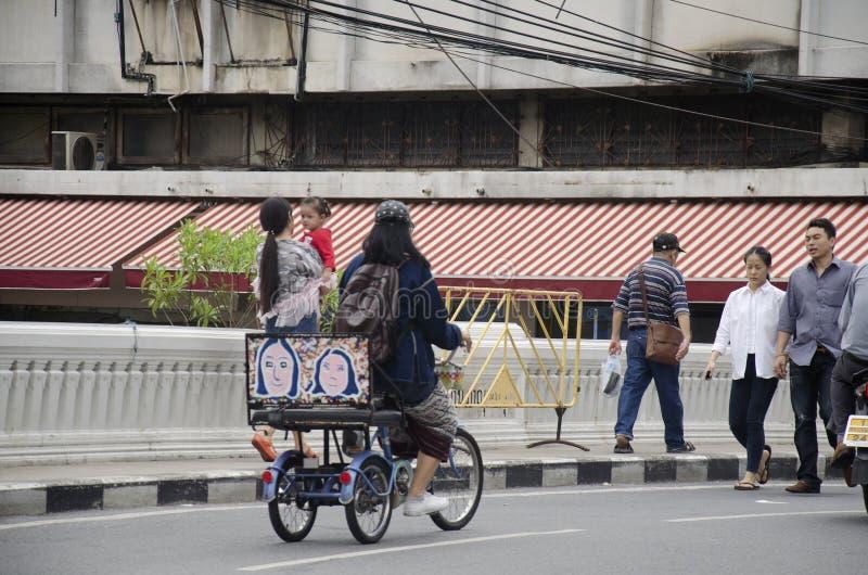 Levensstijl van Thaise mensen die en driewieler lopen biking bij ijzerbri stock foto
