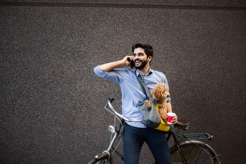 Levensstijl, vervoer, mededeling en mensenconcept Jonge mens met fiets en smartphone op stadsstraat royalty-vrije stock afbeeldingen