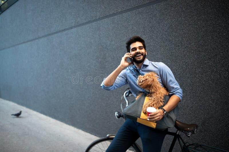 Levensstijl, vervoer, mededeling en mensenconcept Jonge mens met fiets en smartphone op stadsstraat stock foto