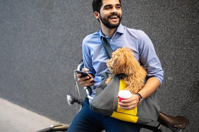 Levensstijl, vervoer, mededeling en mensenconcept Jonge mens met fiets en smartphone op stadsstraat stock fotografie