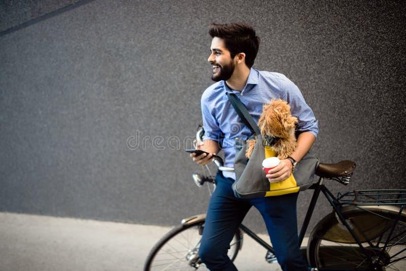 Levensstijl, vervoer, mededeling en mensenconcept Jonge mens met fiets en smartphone op stadsstraat royalty-vrije stock foto's