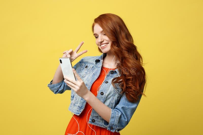 Levensstijlconcept - het haarvrouw van de Portretgember in toevallige kleding die mobiele telefoon voor interactievideo met behul royalty-vrije stock fotografie
