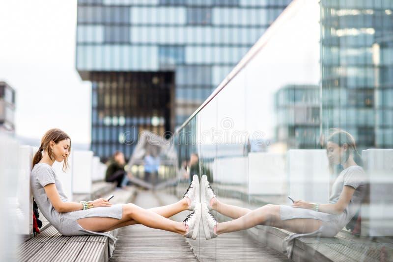 Levensstijlportret van een bedrijfsvrouw in openlucht royalty-vrije stock fotografie