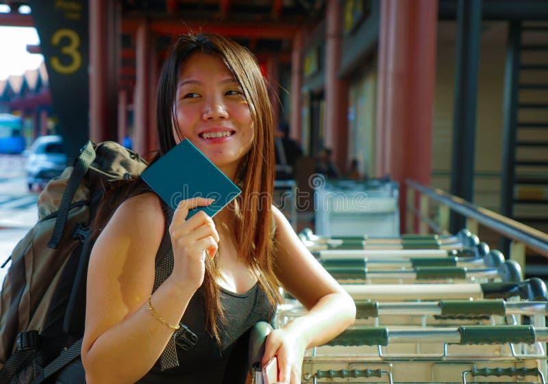 Levensstijlportret van jonge gelukkige en aantrekkelijke Aziatische Koreaanse vrouw met rugzak glimlachen opgewekt en speels bij  royalty-vrije stock afbeeldingen
