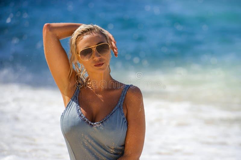 Levensstijlportret van jonge mooie en sexy blonde haarvrouw in bikini stellen gelukkig en ontspannen bij tropisch strand in vakan royalty-vrije stock foto's