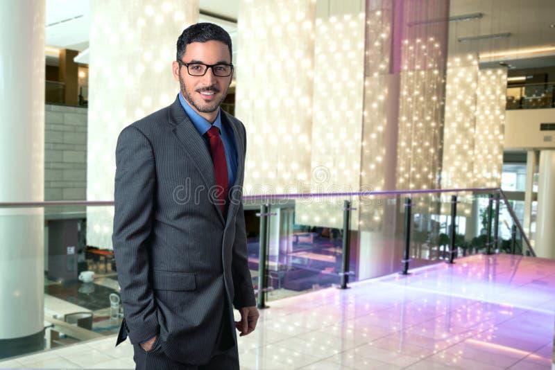 Levensstijlportret van moderne uitvoerende professionele zakenmanmanager in van de bedrijfs hotelhal elegante zekere stijl stock afbeelding