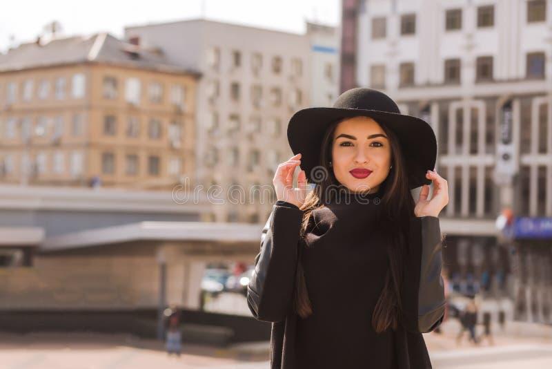 Levensstijlportret van mooi donkerbruin model met heldere makeu royalty-vrije stock fotografie