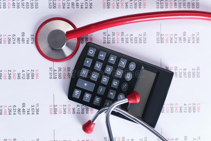 Levensverzekeringsconcept Calculator en stethoscoop stock fotografie