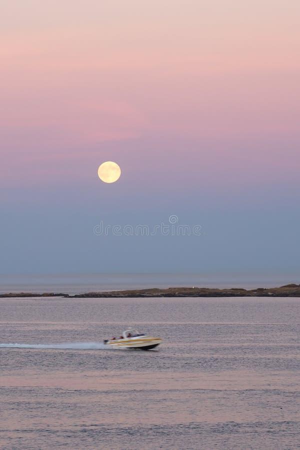 Lever de la lune au-dessus de l'océan pacifique images stock