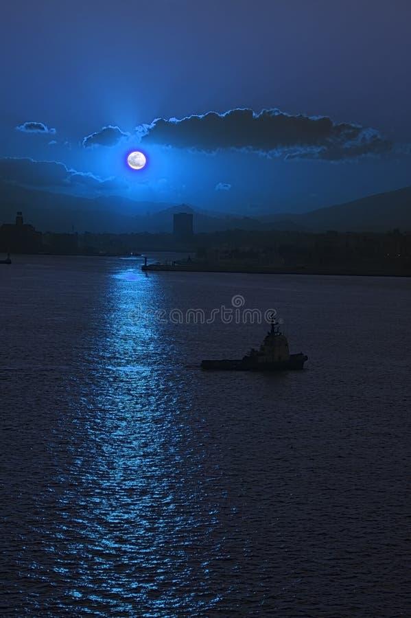 Lever de la lune au-dessus de port d'Athènes images libres de droits