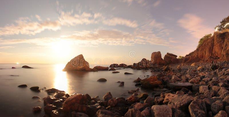 Lever de la lune au-dessus de la mer Longue exposition photographie stock