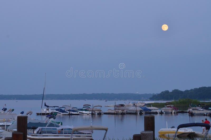 Lever de la lune au lac bear blanc image libre de droits