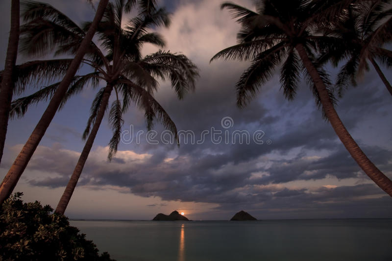 Lever de la lune Pacifique à la plage de lanikai, Hawaï photo stock