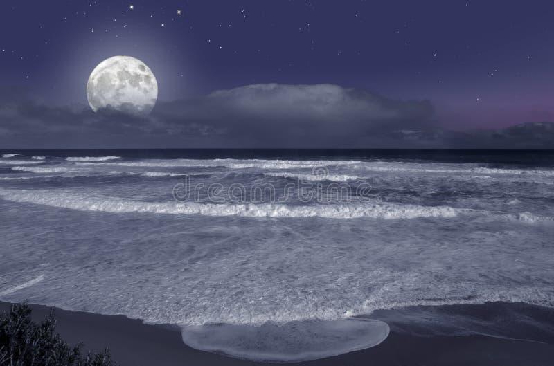 Lever de la lune sur l'océan photographie stock