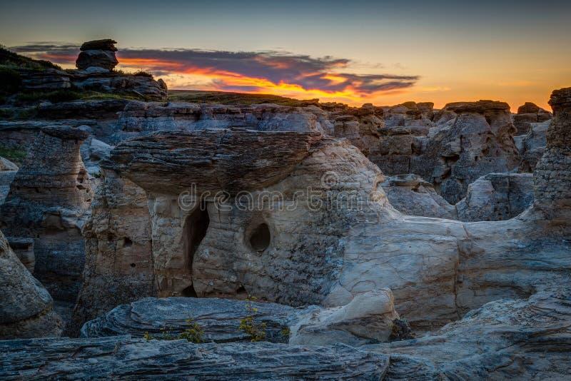 Lever de soleil à l'écriture sur le parc provincial en pierre dans Alberta, Canada images stock