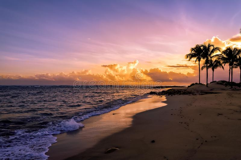 Lever de soleil à l'océan avec des palmiers dans les Caraïbe Puerto Plata images libres de droits