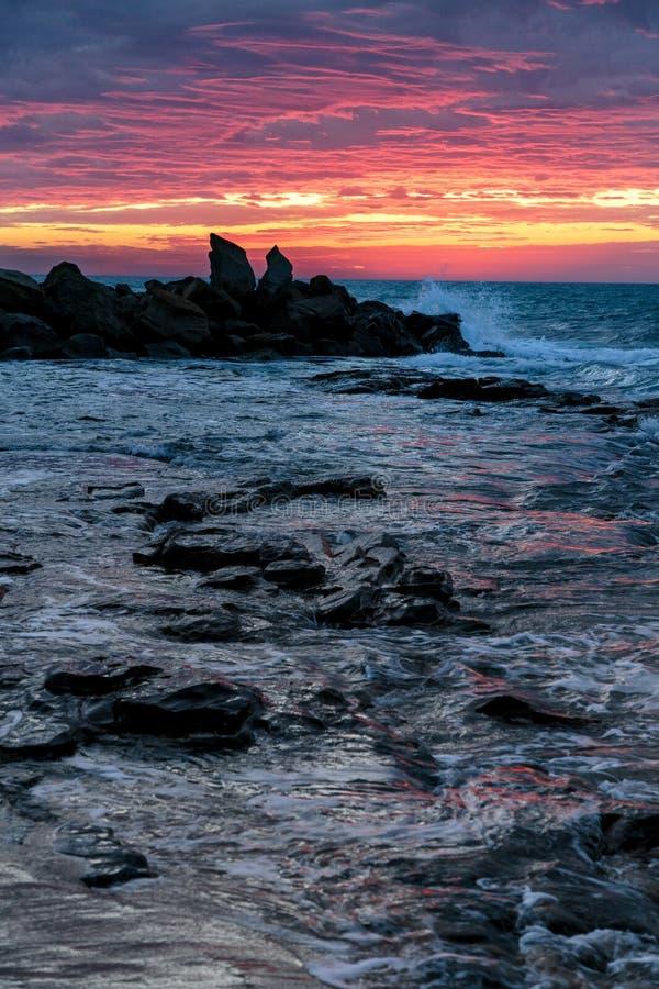 Lever de soleil à la baie d'Opollo, grande route d'océan, Victoria, Australie image libre de droits