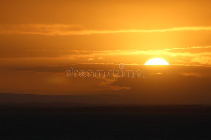 Lever de soleil à la baie de Galway, Irlande images stock