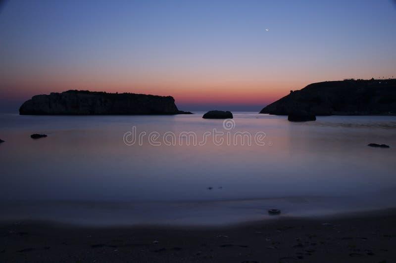 Lever de soleil à la mer rocheuse II