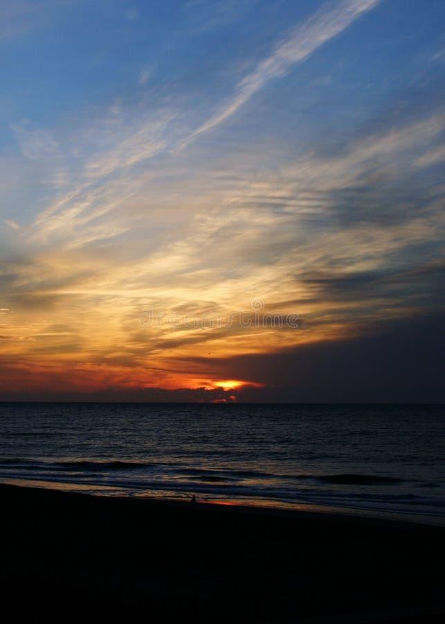 Lever de soleil à la plage d'Emerald Isle image libre de droits