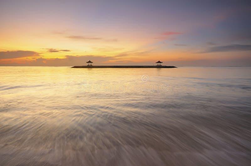 Lever de soleil à la plage de Karang ou à la plage de Sanur dans Bali Indonésie photographie stock libre de droits