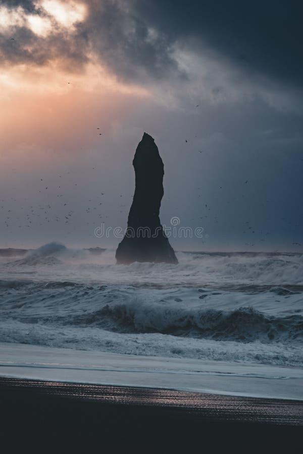 Lever de soleil à la plage noire célèbre Reynisfjara de sable en Islande Matin venteux Ondes d'océan Ciel coloré coucher du solei image stock