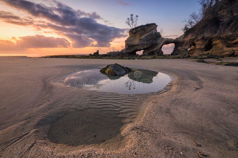 Lever de soleil à la plage de Watuparunu, île de Sumba, Indonésie images libres de droits