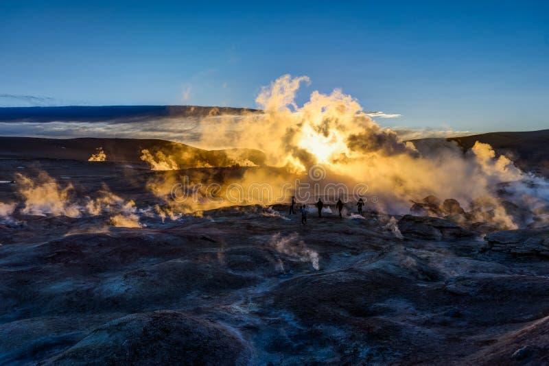 Lever de soleil à la région Altiplano Bolivi de Sol de Manana Geothermal Active photographie stock libre de droits