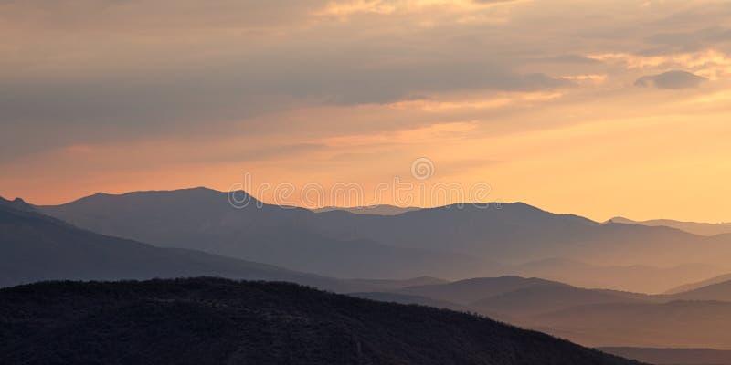 Lever de soleil à la vallée de montagne image libre de droits