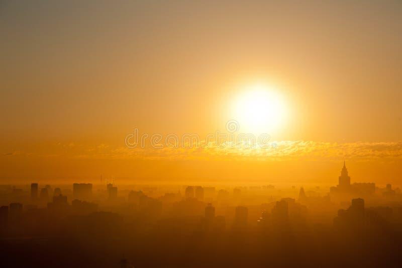 Lever de soleil à la ville photos libres de droits