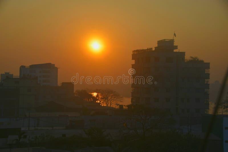 Lever de soleil à la ville de Dacca image libre de droits