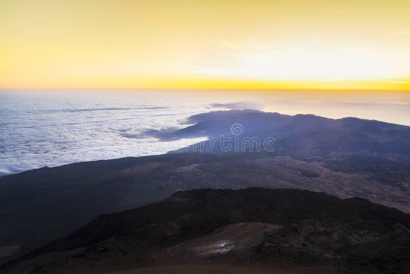 Lever de soleil à partir du dessus du parc national de volcan d'EL Teide dans Ténérife images libres de droits