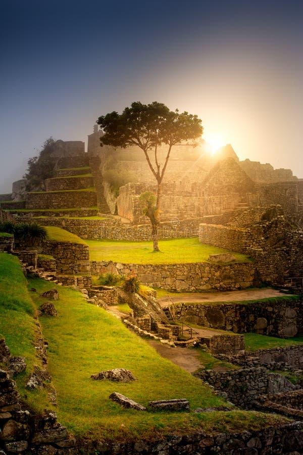 Lever de soleil épique au-dessus des ruines de ville de Machu Picchu couvertes de brouillard photos libres de droits