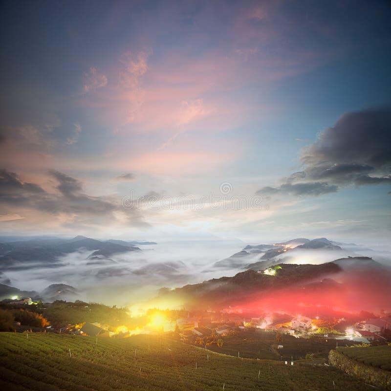 Lever de soleil étonnant et mer de nuage photographie stock libre de droits