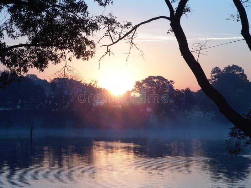 Download Lever de soleil photo stock. Image du sunrise, nuages, réflexion - 77128