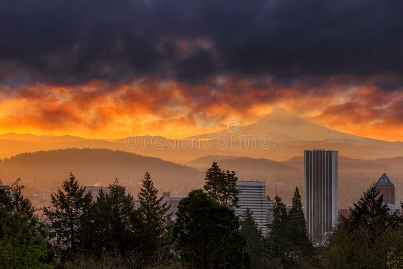 Lever de soleil ardent au-dessus de ville de Portland et de capot de Mt en Orégon image stock