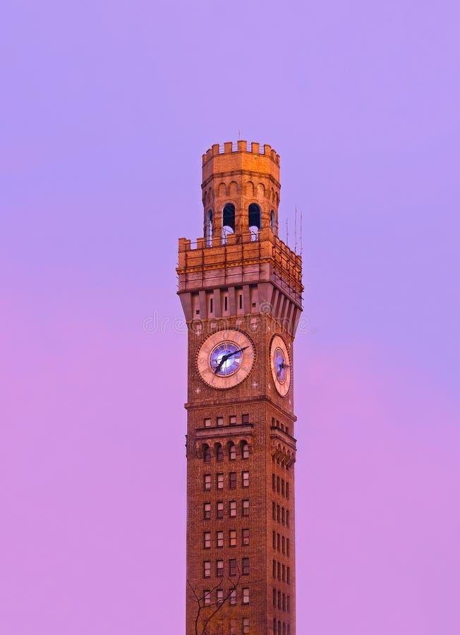 Lever de soleil au-dessus d'Emerson Bromo-Seltzer Tower pendant l'hiver photo stock