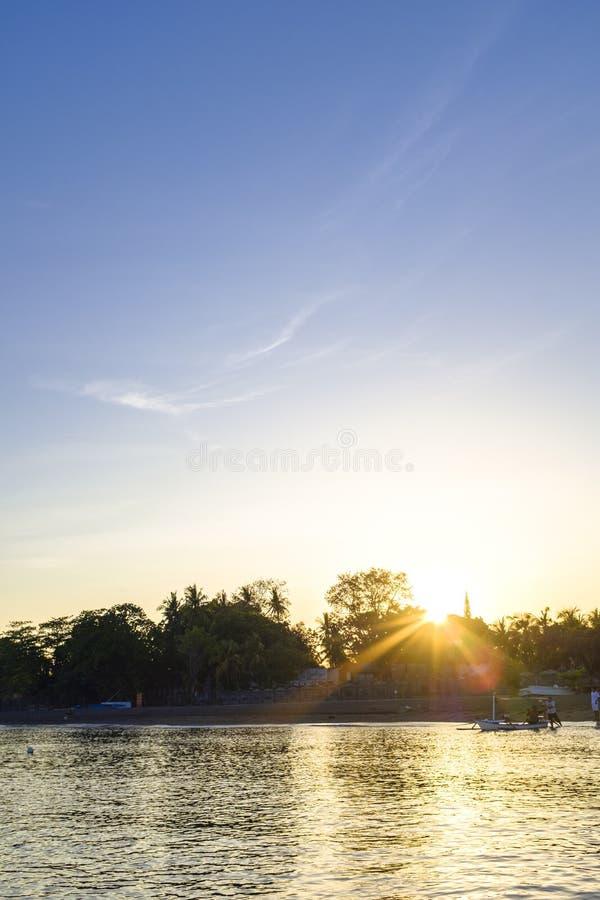 Lever de soleil au-dessus d'un bord de mer photographie stock