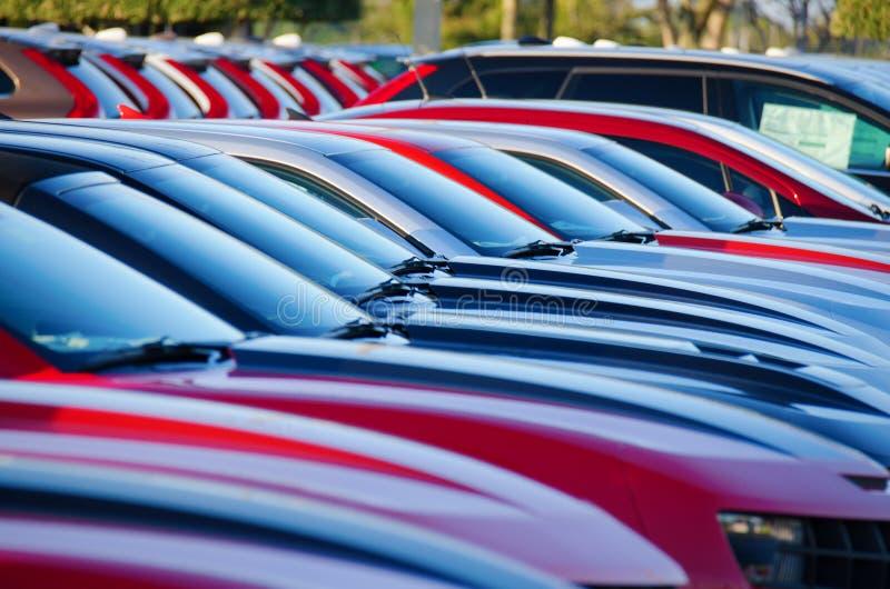 Lever de soleil au-dessus d'un parking coloré emballé photographie stock