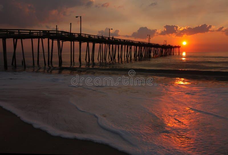 Lever de soleil au-dessus d'un pilier de pêche en Caroline du Nord photo stock
