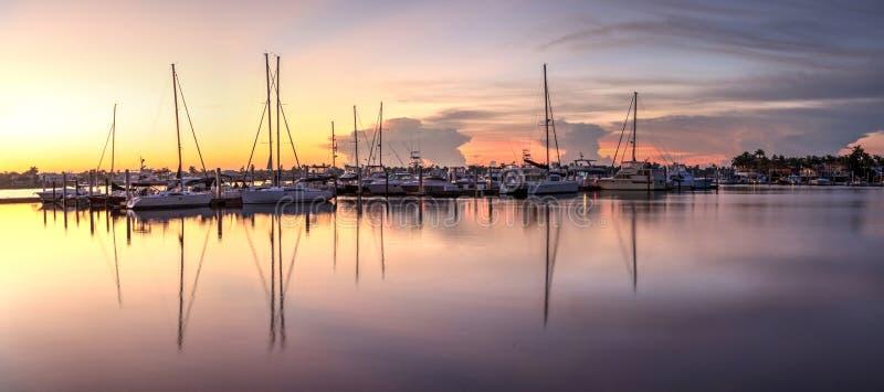 Lever de soleil au-dessus d'un port tranquille à vieux Naples, la Floride image stock