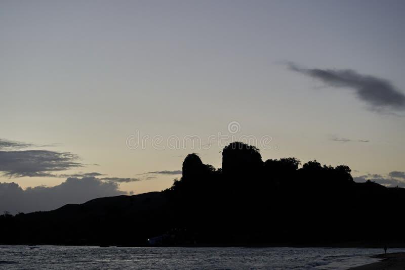 Lever de soleil au-dessus d'une île tropicale Beau paysage marin photographie stock