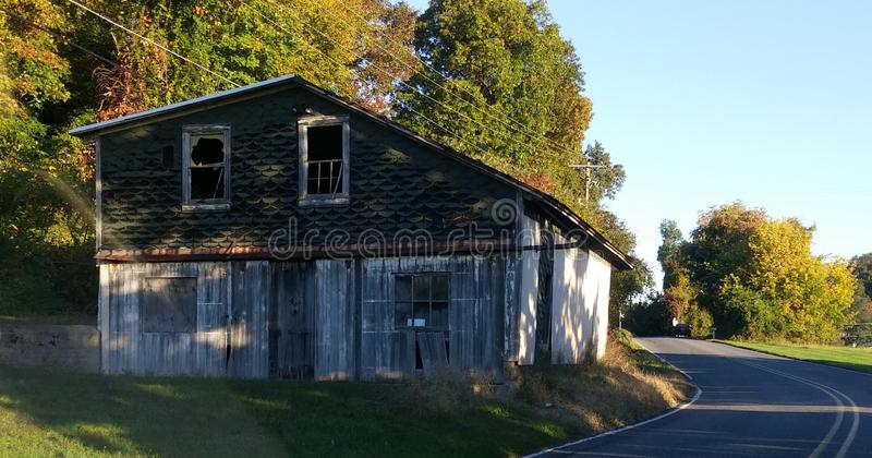 Lever de soleil au-dessus d'une grange de bord de la route de la Pennsylvanie image stock