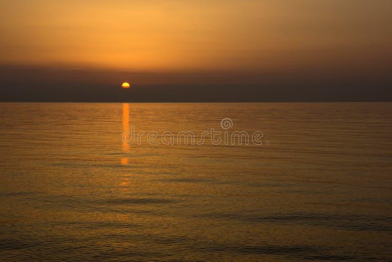 Lever de soleil au-dessus d'une mer photo stock