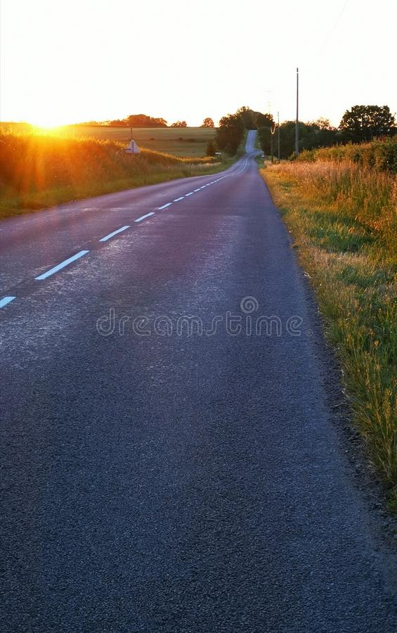 Lever de soleil au-dessus d'une route et quelques champs dans la Bourgogne en France photographie stock libre de droits