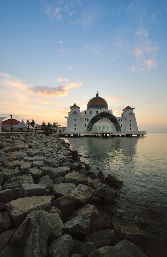 Lever de soleil au-dessus de belle mosquée photos stock