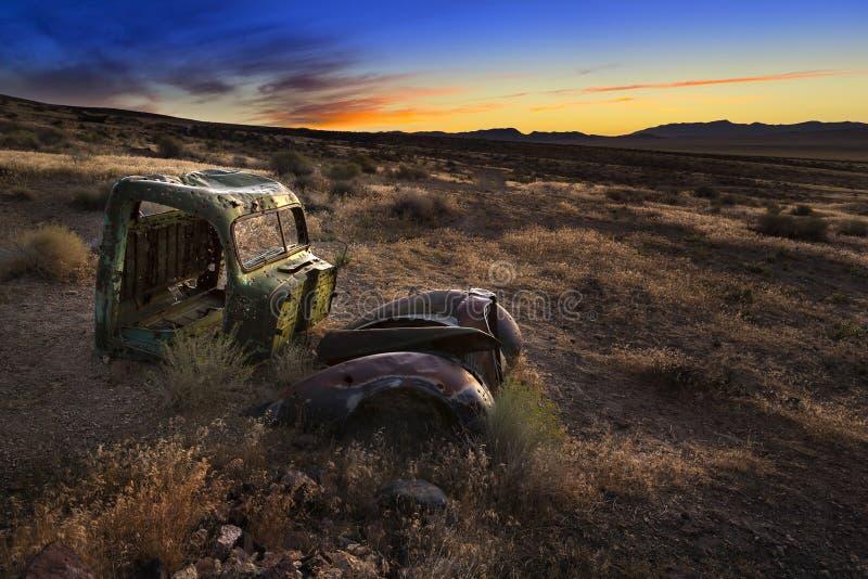 Lever de soleil au-dessus de camion abandonné, désert du Nevada images stock